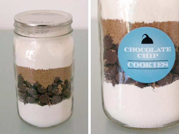 cute tutorial for cookies in a jar gift (with printable tags & recipe)