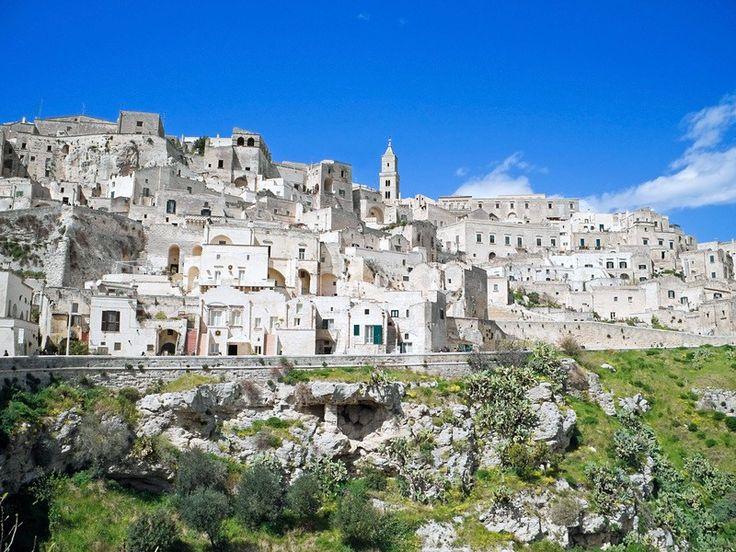 Город Крако – это один самых древних городов Италии. Первое упоминание города относится еще к 9 веку. Сегодня – это город-призрак. Сам по себе город маленький, обойти его можно 10 минут. Крако весь окутан мистической аурой. До 1963 года в городе еще жили люди, но после оползня все жители покинули это место. Недолгое время после случившегося некоторые еще возвращались в свое старое жилье, но сегодня город полностью опустел.