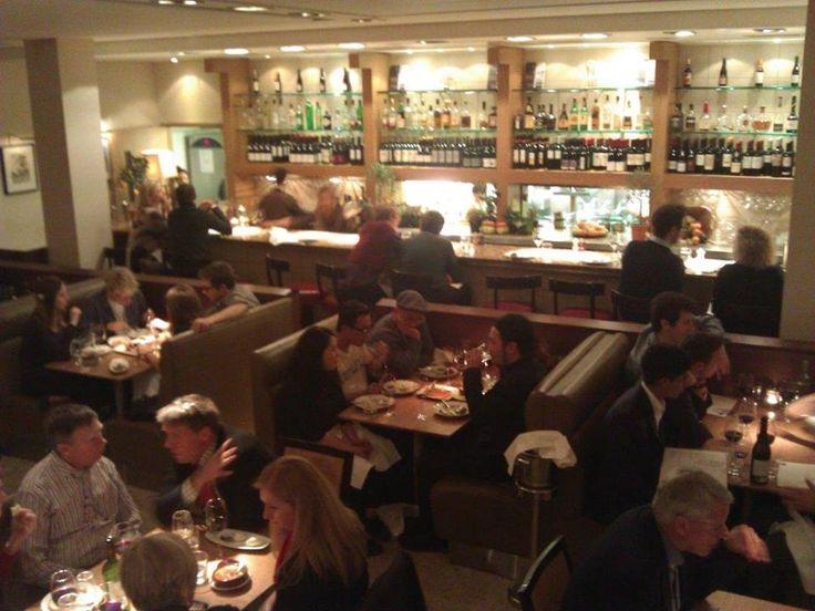 Bar kısmı çok kalabalık değil ama oraya rezervasyon alınıyor mu bilemiyorum. ayrıca eğer kalabalık iseniz özel yemekler sipariş edebiliyorsunuz... Daha fazla bilgi ve fotoğraf için; http://www.geziyorum.net/fino/