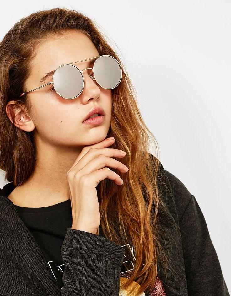 Gafas redondas color. Descubre ésta y muchas otras prendas en Bershka con nuevos productos cada semana