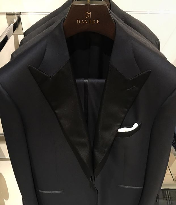 Black friday is behind us... Get ready for the New Years Eve! One of many Tuxedos we do for our clients. Lapels can never be too wide! #lapels #nye2018 #newyearseve #2018 #tuxedo #smoking #lapel #silk #black #davide #sumisura #fattoamano #quality #corneliani #kiton #loropiana #brunellocucinelli