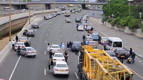 Em Israel, durante um dia comum, em uma estrada toca uma sirene para relembrar e homenagear as vítimas e combatentes ao holocausto e de repente as pessoas param seus veículos e durante um minuto aproveitam para orar, meditar e lembrar.