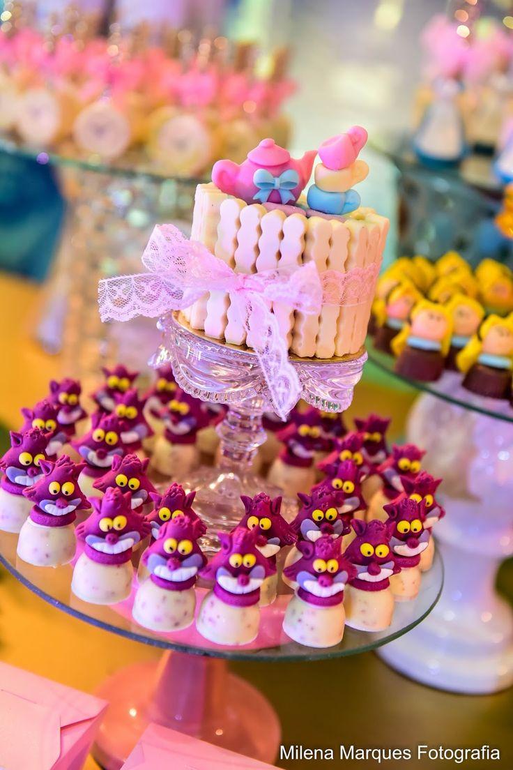 Festa Encantadora essa com o tema Alice no Pais das Maravilhas!! O detalhe ficou por conta da estrutura do cenário com a mesa redonda do bol...