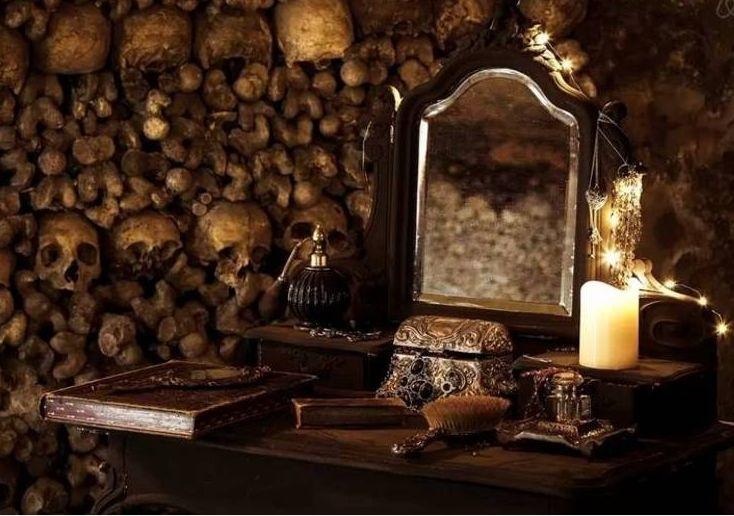 Catacumbas de Paris recebem corajosos para dormir entre os mortos http://r7.com/p4Jg