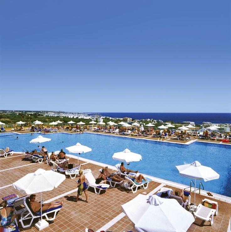 Si on veut retourner en Crète : Imperial Belvedere 4* pas loin d'Heraklyon, pas mal de vols directs d'orly, bien noté sur Trip : https://www.tripadvisor.fr/Hotel_Review-g503710-d292312-Reviews-Imperial_Belvedere-Hersonissos_Crete.html