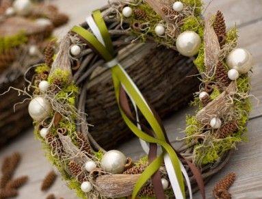 proutěný věnec s islandským mechem, tilandsií, baňkami, exotickými plody, skořicí průměr věnečku 26cm