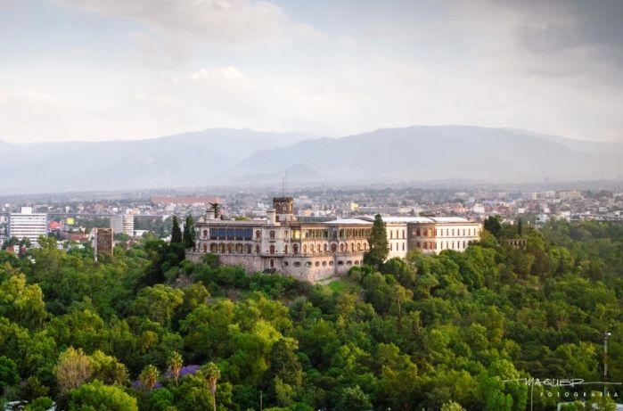 En la Ciudad de México: El Castillo de Chapultepec.