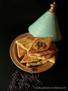 Le mbesses ou mtakba est un gâteau de semoule algérien au bon gout de beurre qu'on déguste en goûter avec du café au lait, du café ou du thé selon la région. C'est en fait un bra…