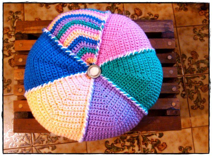 Almohadón a gajos tejido al crochet, diámetro 40 cm.