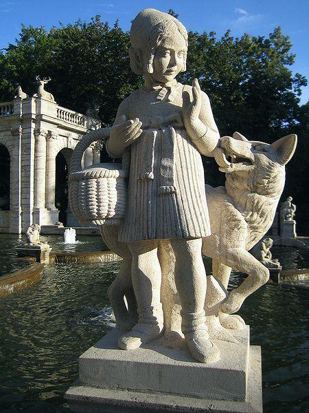 """Märchenbrunnen im Berliner Volkspark Friedrichshain. """"Rotkäppchen"""" Skulptur von Ignatius Taschner"""