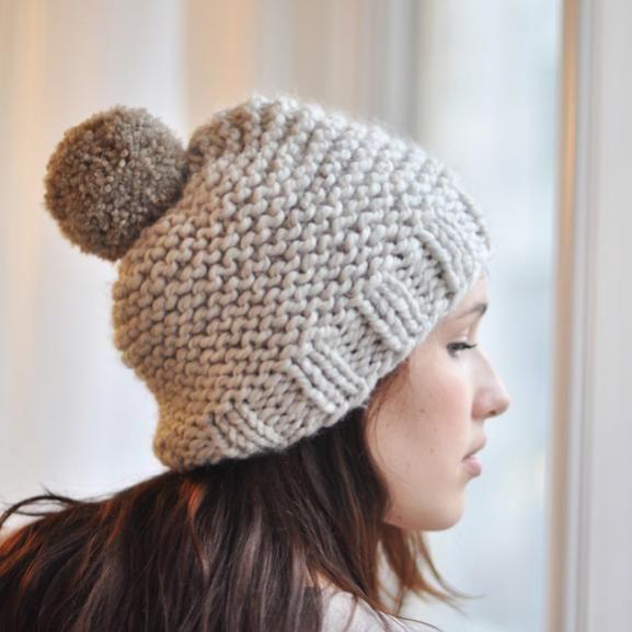 Ce joli bonnet est super simple à tricoter : idéal pour celles qui en ont ras le bol de ne faire que des écharpes... mais qui ne se sentent pas non plus de se lancer dans un pull ! On fait exprès de choisir un gros fil (9) pour aller bien vite ! Pour tricoter ce bonnet, on monte 46 mailles.
