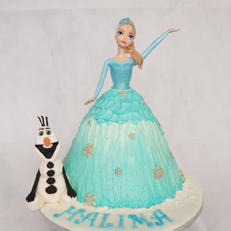 Vanilla sponge doll cake with homemade strawberry jam filled and covered with fresh cream! Matching cupcakes in raspberry and white chocolate & chocolate fudge flavours �� #cakeswag #birthdaygirl #elsafanatic #scrumptious #halal #moist #vanillasponge #freshcream #homemade #strawberryjam #delicious #elsa #elsacake #dollcake #fondant #olaf #frozen #chocolate #snowflakes #paintedsilver #glitter #cupcakes #raspberryandwhitechocolate #chocolatefudge #cakestagram #instagood #westyorkshire #leeds…