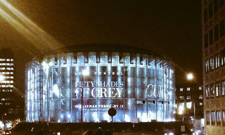 El Estadio de los Halcones Marinos de Seattle se ilumina bajo la publicidad de la pelicula FSOG