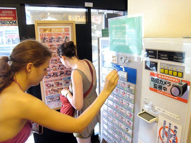 Où que l'on se trouve au Japon, un distributeur automatique n'est jamais bien loin. Ces points de vente très utiles proposent bien sûr de l'alimentation et des boissons, mais aussi une variété infinie de produits de toutes sortes.