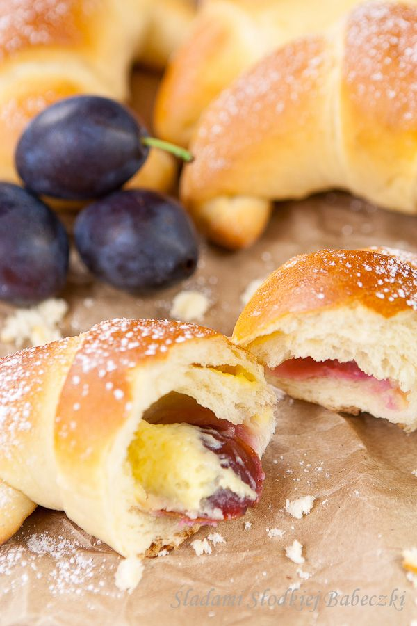 Rogaliki z budyniem i śliwkami | Croissants with custard and plums
