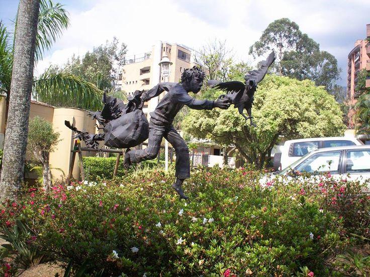 Ladron de gallinas. obra de Justo Arosemena. Edificio Villas de San Lucas. calle 20 sur #26C-140 Medellin