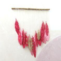 Suspension murale, mobile, plumes en papier, papier fait main, rose fushia, or, rose clair