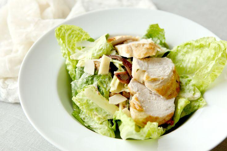 Salát Caesar s kuřecím masem. http://varime.cz