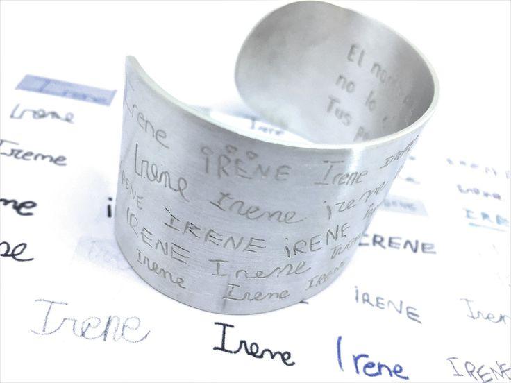 regalos para profesores que no caducan. Le durará toda la vida a la profesora. Cada uno de los niños ha escrito el nombre de la profesora de su puño y letra. No habrá un regalo que le pueda hacer más ilucisión, como este brazalete personalizado para la profesora IRENE, cada niño le ha escrito su nombre, magnífica idea de MUNOTA ;-)