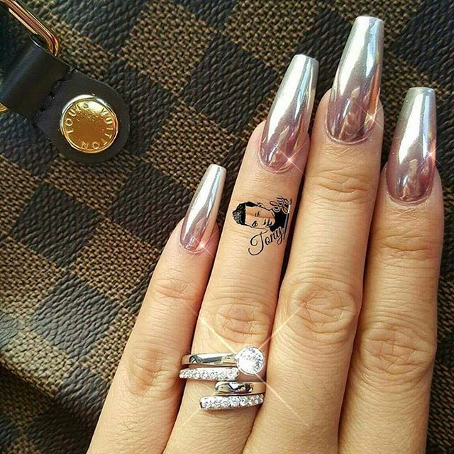 Chrome ombre via @tonysnail  Shop for #ChromePowder at DAILYCHARME.COM! ✨