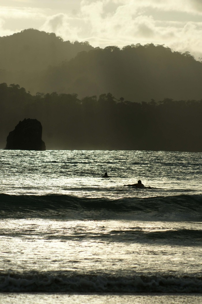 Surfers are waiting to catch big waves. Photo by Wahyoe Boediwardhana.