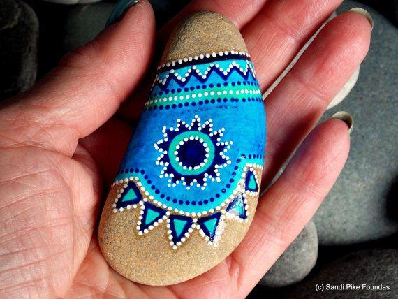tribu turquoise. art tribal. dessins d'amérindiennes. roches peintes. galets peints. pierres de la mer.  peint rock (Pierre de la mer) de Cape Cod.  Une couleur taupe claire, belle couleur Pierre, qui se porte très lisse au fil du temps étant tombé dans la mer.  Les couleurs sur cette pierre de la mer sont bleu céruléen, turquoise, indigo et blanc en couches d'encres Vernis résistant à l'eau sur la peinture.  Cette pierre a un poids léger, calmante, poids lorsque tenu. Il est titulaire…