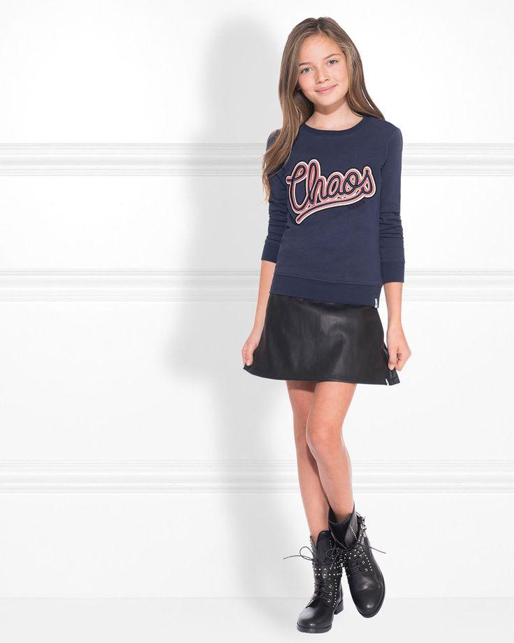 Nik&Nik Carlin Shorts in de kleur zwart. Deze zwarte meisjes korte broek heeft een glanzende coating en aan de voorkant een klein label. Als je de broek aan hebt, lijkt het op een rokje.