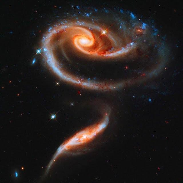 © Foto da NASA. A imagem de duas galáxias da constelação de Andrômeda tem formato de uma rosa.
