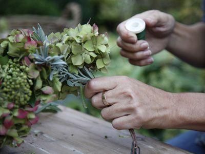 Wir binden einen Herbstkranz: Zweige am Weidenring befestigen - Wohnen & Garten