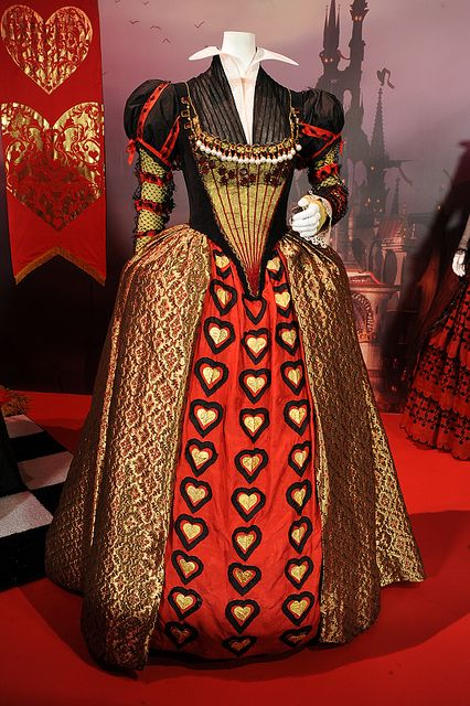 queen of hearts: Halloween Costume, Burton Alice, Red Queen, Alice In Wonderland, Queen Of Hearts, Queen Dresses, Queen Costume, Tim Burton, Chicken Alfredo
