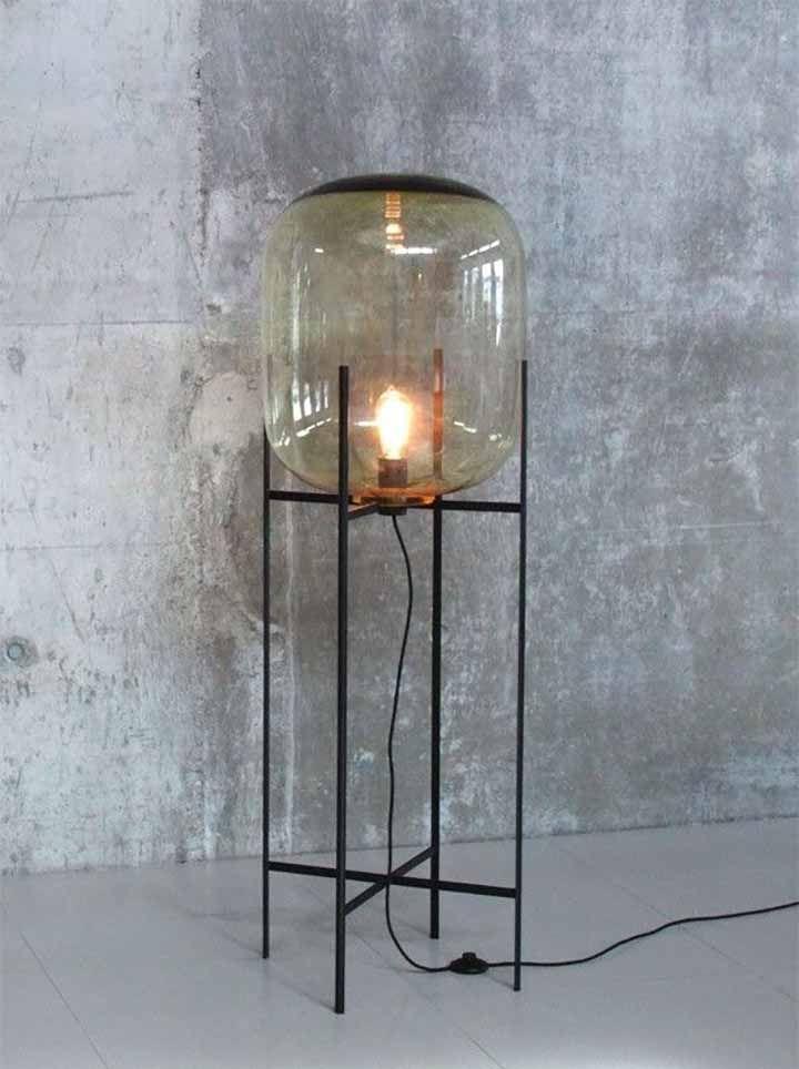 Vloerlamp van amberkleurig glas en een stalen onderstel.
