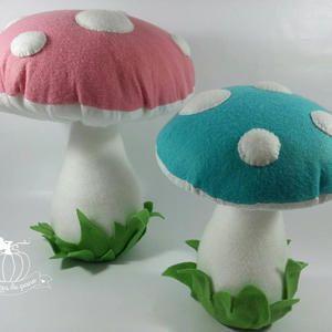 cogumelos em feltro medindo 30 e 20cm ideal par decoração com tema jardim encantado