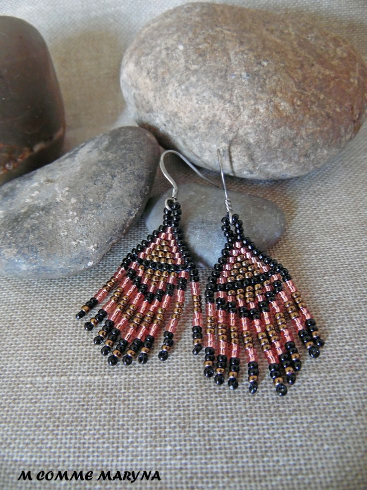 Boucles d'oreilles ethnique mini modèle perles Miyuki tissée main Bohochic indien huichol Noir et bronze : Boucles d'oreille par m-comme-maryna