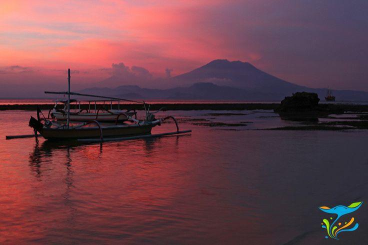 Gunung Agung di Bali yang terlpisahlan lautan nampak jelas di sore hari, pada saat sunset.