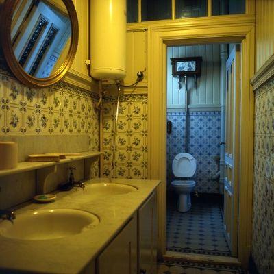 DigitaltMuseum - Villa Ekheim, interiør, bad, toalett, fliser, varmtvannsbeholder, speil,