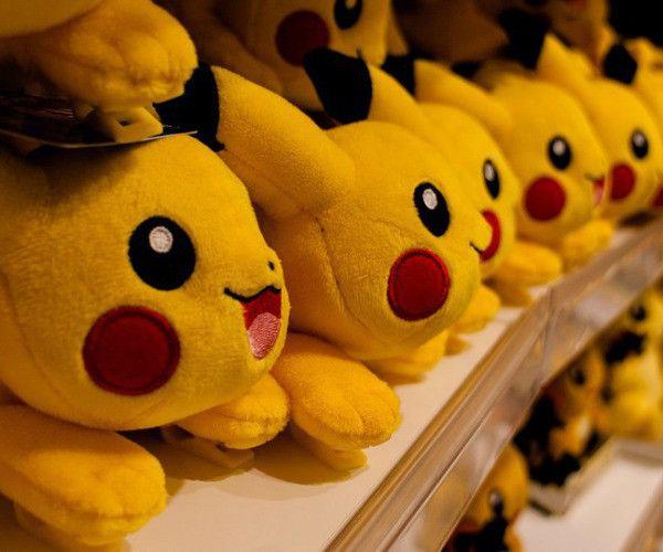 """Plötzlich ist Pikachu wieder überall: In Läden, auf Süßigkeitenpackungen, auf Werbeplakaten und überall in den sozialen Medien. Pokémon Go hat dem eigensinnigen Mini-Monster und seinen Kollegen ein Comeback ohnegleichen verschafft. Auch wenn der Entwickler Niantic noch keine ausgereiften Strukturen für eine professionelle Vermarktung vorgelegt hat, versuchen erste Marketing-""""Goldgräber"""" bereits, von dem Hype zu profitieren"""