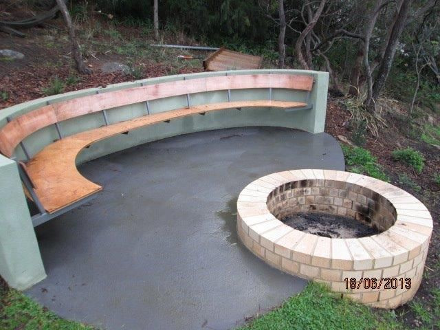 This outdoor seating area can serve as a place to sit and chat, a place to stage readings and as an extension of the adjacent barbecue area.  www.novelwritingretreatsaustralia.com
