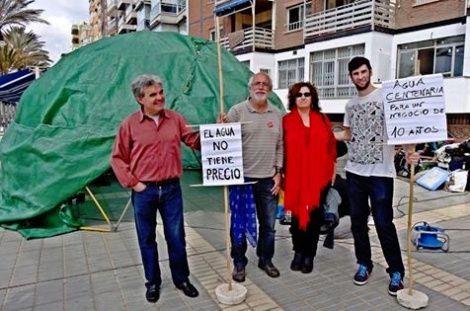 Hoy hemos estado en el Paseo Marítimo de Almería reivindicando la necesidad de actuar de manera urgente ante la sobreexplotación del Río Aguas.  Desde la Plataforma en Defensa del Acuífero del Río Aguas queremos dar las gracias a todos los que habéis dedicado unos minutos de vuestro tiempo.  Os dejamos una noticia de prensa sobre el evento.
