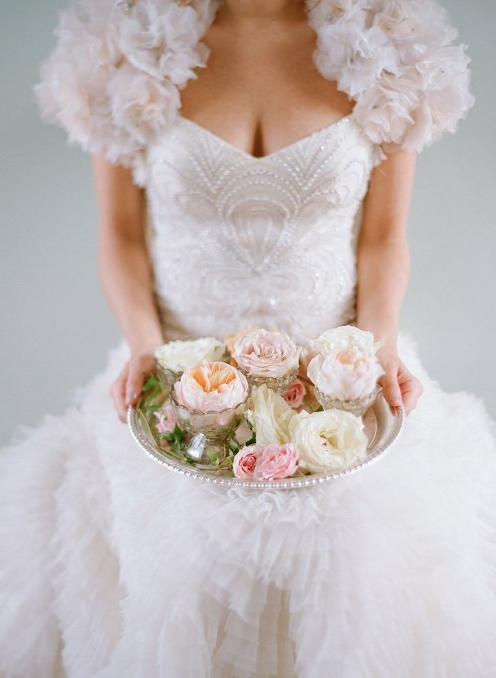Een sprookjesachtige #trouwjurk, pastelkleurige bloemen, veel kaarsen en een champagnefontein. Romantische bruiloften, wij houden ervan!  www.brouzje.nl  photo: Elizabeth Messina