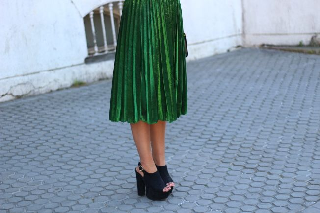 Un clon de falda midi verde metalizada de la colección de Gucci es la prenda estrella de la primavera de la bloguera de moda de Crazy Closet