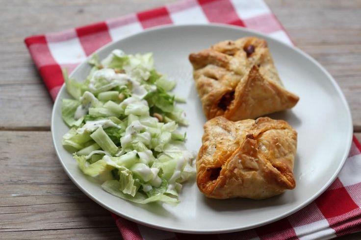 Zin in een lekkere snelle hap? Maak dan Mexicaanse bladerdeegpakketjes. Serveer er een salade bij en je bent klaar! Je kunt een kant-en-klaar zakje met Mexicaanse groenten gebruiken of je kunt de ingrediënten los kopen. Recept voor 6 hapjes Tijd: 30 min. Benodigdheden: 6 velletjes bladerdeeg (ontdooid) 100 gram gehakt 70 gram mais 4 eetlepels...Lees Meer »