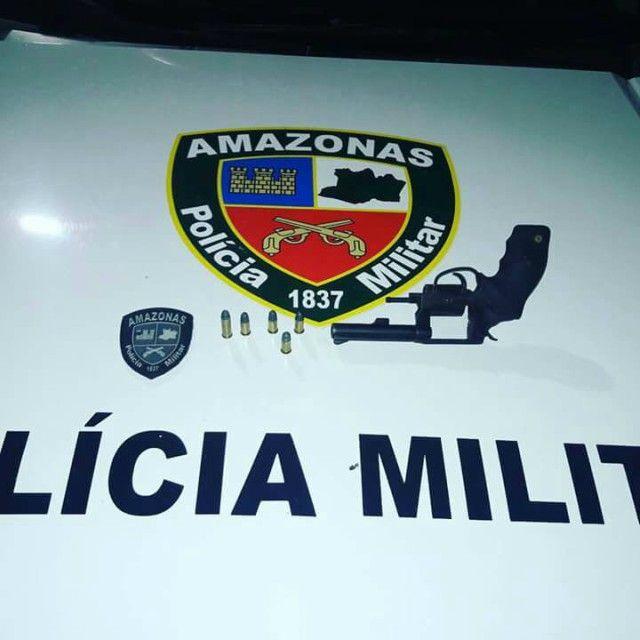 Na madrugada deste sábado (25), Policiais Militares abordaram um menor infrator de 17 anos, por volta de 1h31, durante a Operação Fecha Bar, na Rua Açapuva, Comunidade Luiz Otávio, Bairro Monte das Oliveiras, zona norte de Manaus. Com o jovem foi encontrado um revólver calibre 38, marca Taurus e cinco munições intactas.Diante dos fatos, ele foi encaminhado à Delegacia Especializada em Apuração de Atos Infracionais (DEAAI) para as providências cabíveis.