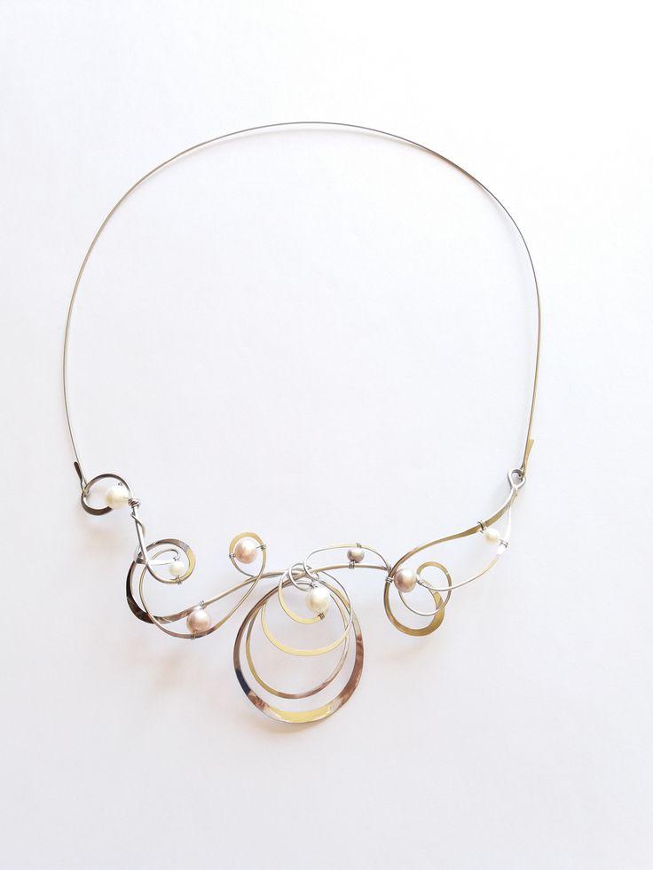 """Náhrdelník+HRD42+""""Perlové+mámení""""+exkluzivní+perly+Autorský+šperk.+Originál,+který+existuje+pouze+vjednom+jediném+exempláři.Vyniká+svou+lehkostí,+kouzelným+prostorovým+tvarem,+elegancí+čistých+linií+a+jemně+laděnou+barevností+výběrových+perel.+Nevšední+řešení+s+perlami+poutá+pozornost,+ale+není+okázalé,+díky+čemuž+se+tento+šperk+hodí+ke+každé+i..."""