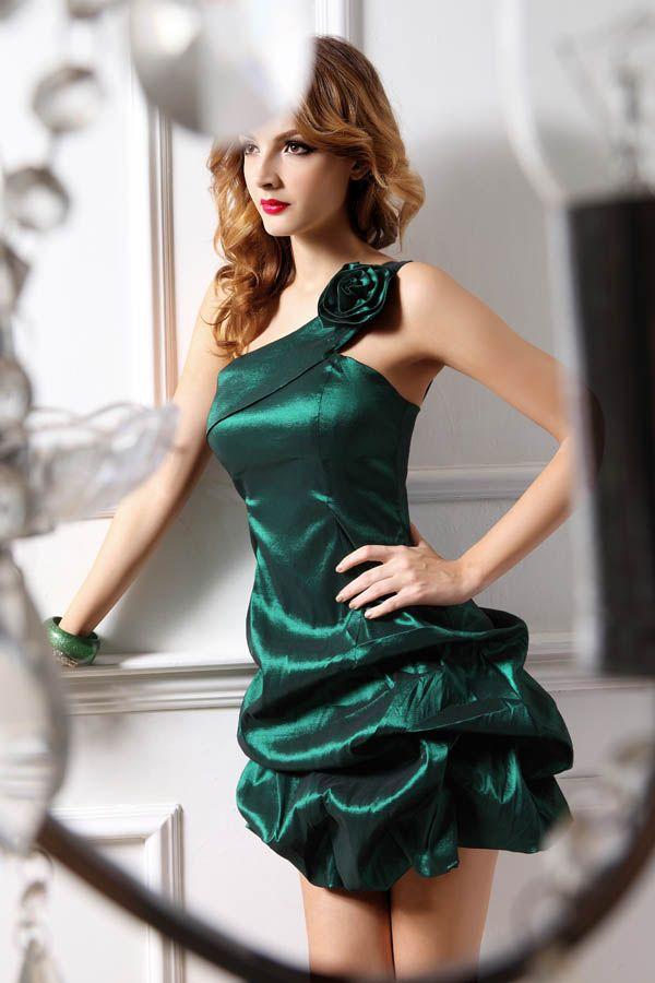 Vestido de cocktail o corto para ir de invitada a una boda .Este modelo concretamente es color botella ,diseño asimétrico al hombro y falda globo. Muy favorecedor.
