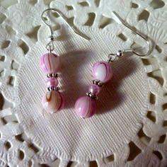 Bijoux fantaisie : boucles d'oreille pendantes perles roses marbrées et perle rose nacrée