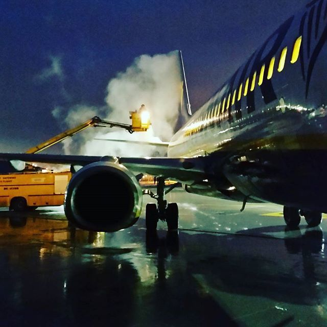 De-iceing @ Airport Gdansk. #airport #gdansk #deiceing #airplane #plane #airportgdansk #epgd; photo: Karol Kędzierski