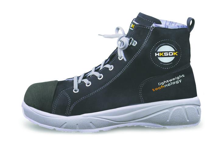 """HKSDK model Q8 er støvlet versionen af model Q2, som er specielt designet til at skabe et perfekt match mellem komfort og design. Taget i betragtning, at mænd og kvinders fødder er forskellige, har vi udviklet et lille udvalg af sko for at nå niveauet for """"high-end"""" krævet af piger, der ønsker at færdes i stil på alle tidspunkter. Samtidig vil vi holde vores løfte om maksimal komfort og perfekt pasform."""