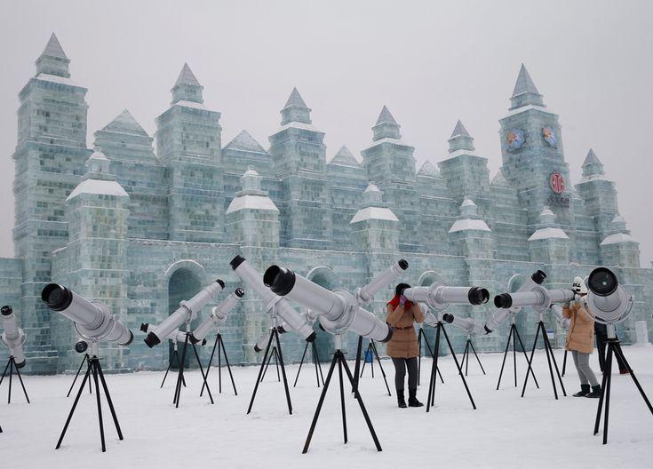 Caleidoscopi per i visitatori del festival del ghiaccio e della neve di Harbin, in Cina. L'evento, giunto alla 31ª edizione, comincia ufficialmente il 5 gennaio. - (Kim Kyung-Hoon, Reuters/Contrasto)
