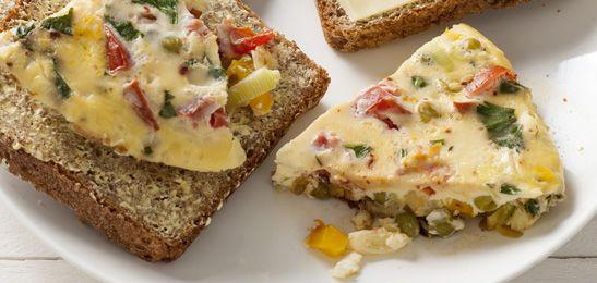 Door je restjes groente in deze omelet te verwerken, kun je snel aan tafel en hoef je ook niks weg te gooien. Win-win dus!