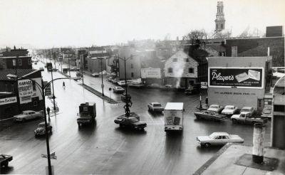Vue de l'intersection du boulevard Charest et de la rue Saint-Vallier vers 1965, soit quelques années après le prolongement de l'artère dans le quartier Saint-Sauveur. (Rue - [Vers 1965], anonyme, BAnQ, Fonds L'Action catholique, P428,S3,SS1,D39,P12-3)